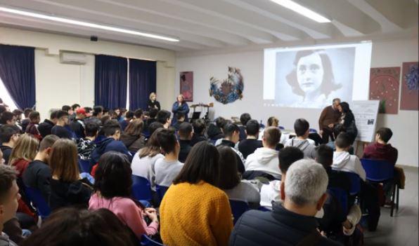 """"""" Le pagine del diario di Anna Frank interpretate dagli studenti dell'Augusto Righi """""""